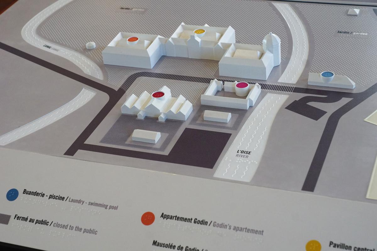 La maquette tactile du Familistère située à l'accueil des économats porte les re